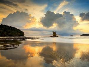 spettacolare-tramonto-si-specchia-nel-mare-della-costa-rica